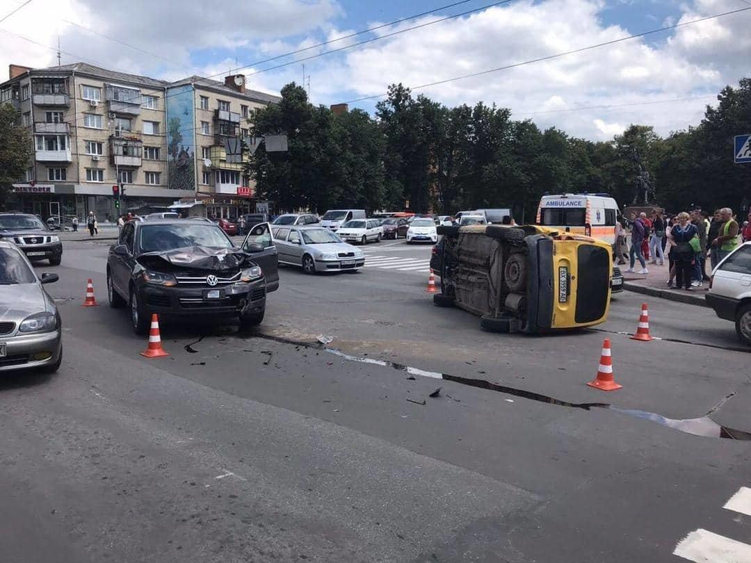 В центральній частині Хмельницького затори: на перехресті не розминулися автомобілі, фото-3