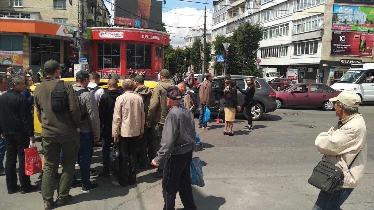 В центральній частині Хмельницького затори: на перехресті не розминулися автомобілі, фото-2