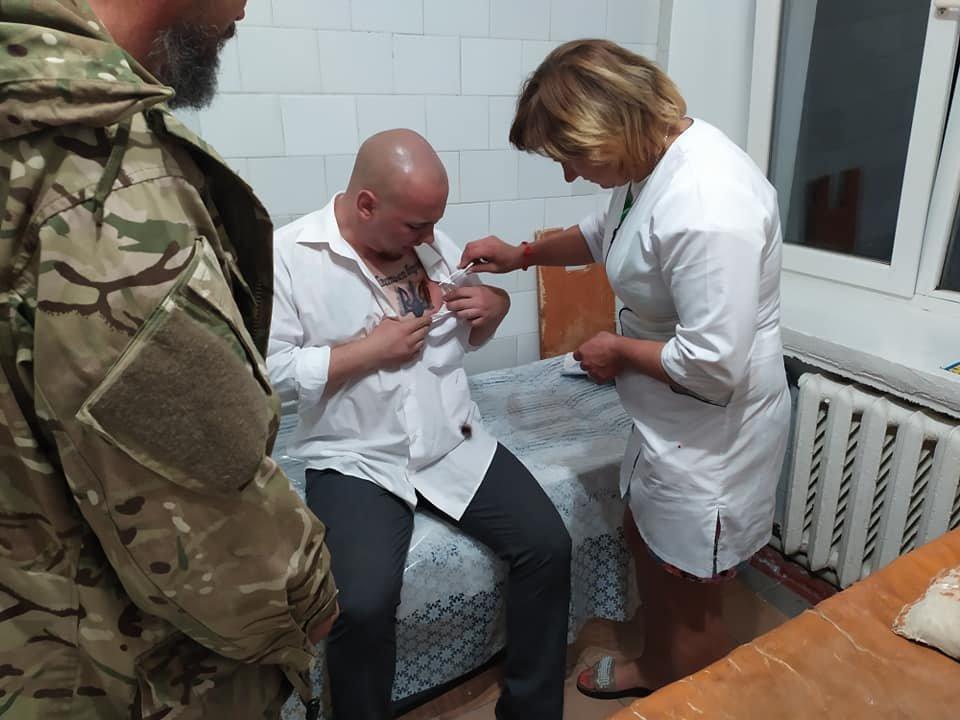 У Хмельницькій області кандидата у нардепи вдарили ножем у груди (фото, відео), фото-1
