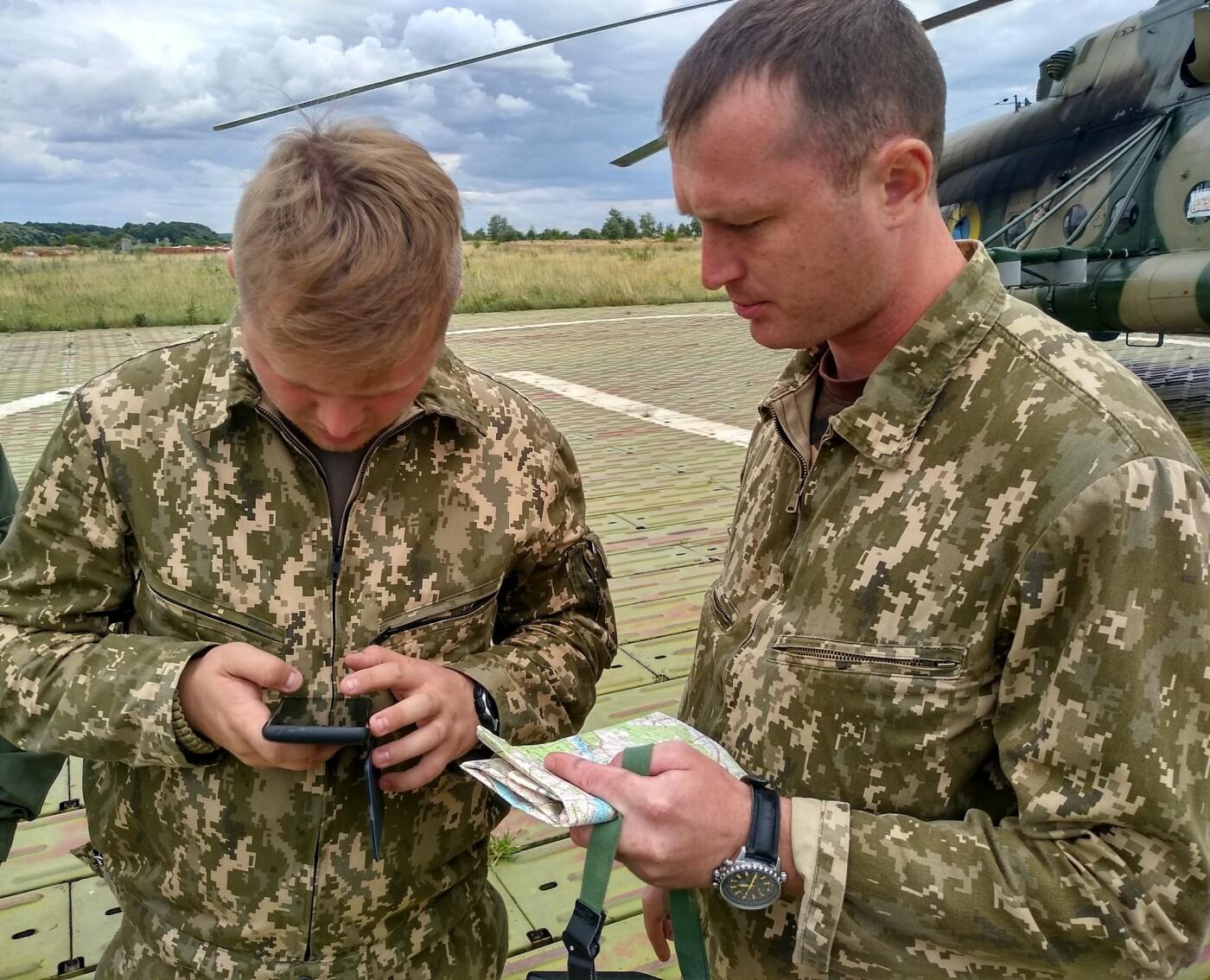Вертолітники армійської авіації з Львівщини забезпечують мобільність хмельницьких спецпризначенців, фото-3