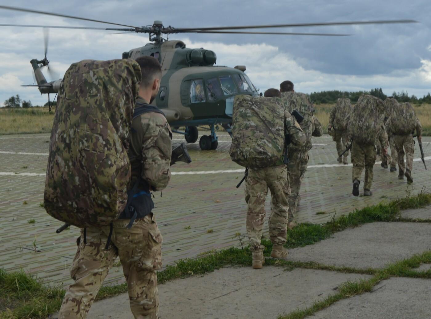 Вертолітники армійської авіації з Львівщини забезпечують мобільність хмельницьких спецпризначенців, фото-4