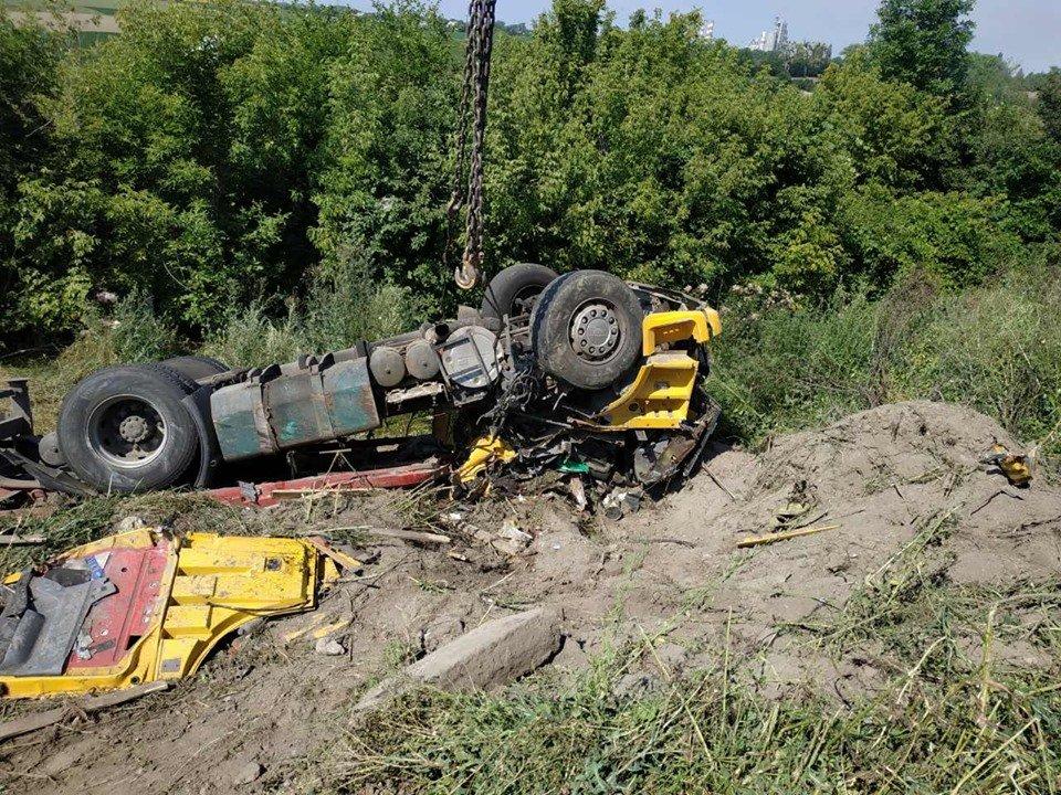 Смертельна ДТП: На Хмельниччині у кювет впала вантажівка (фото, відео), фото-1