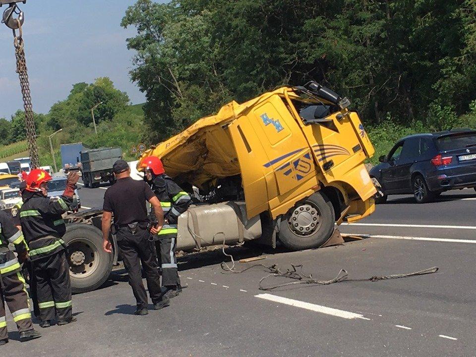 Смертельна ДТП: На Хмельниччині у кювет впала вантажівка (фото, відео), фото-3