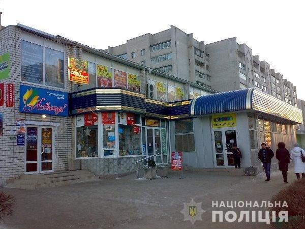 Не залишилися байдужими: На Хмельниччині чоловік допоміг продавчині та поліціянтам, фото-1