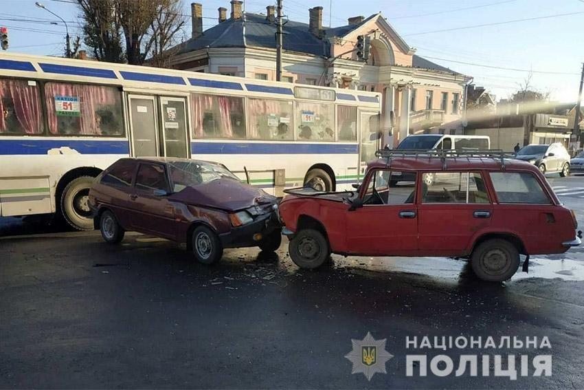 У Хмельницькому в результаті лобового зіткнення автомобілів травмувалися водії (відео), фото-1