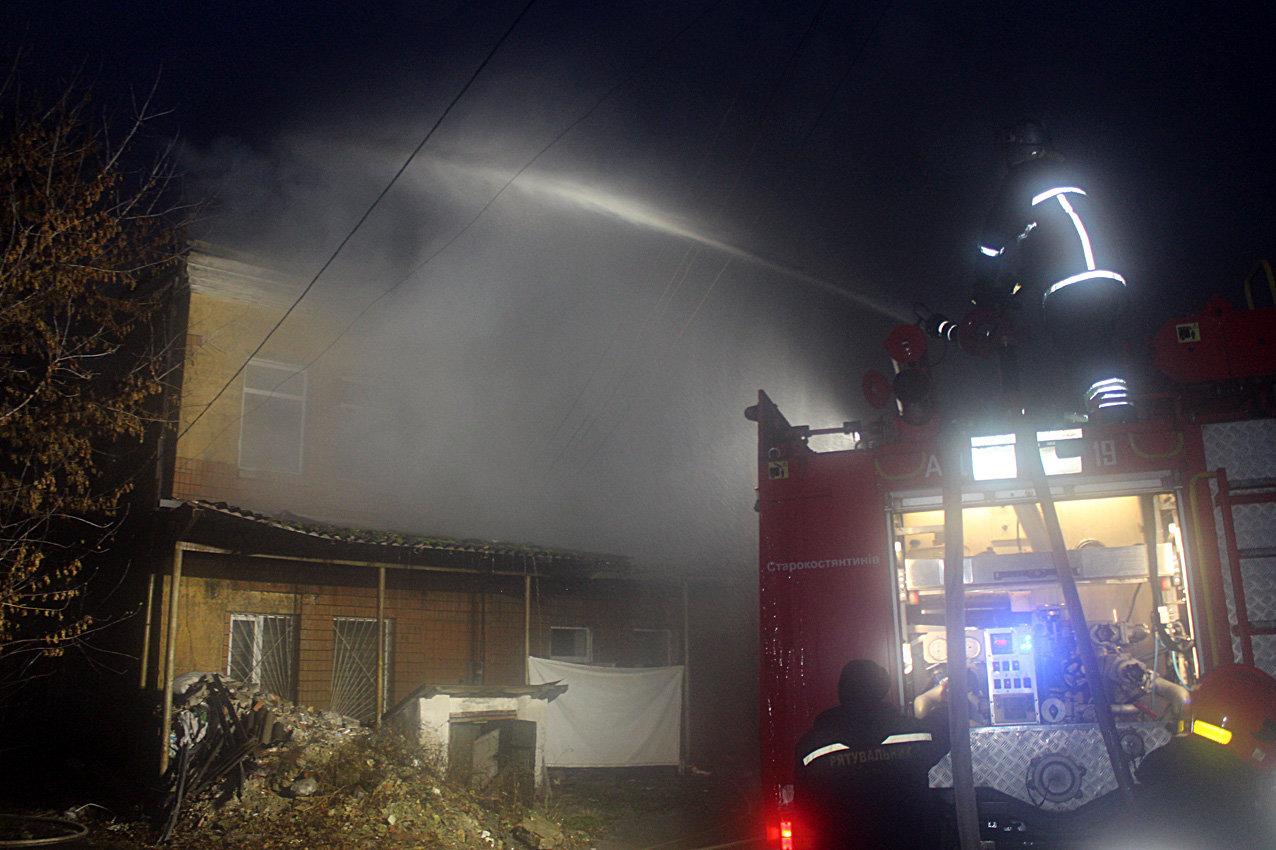 На Хмельниччині рятувальники ліквідували масштабну пожежу в торговельних приміщеннях, фото-1