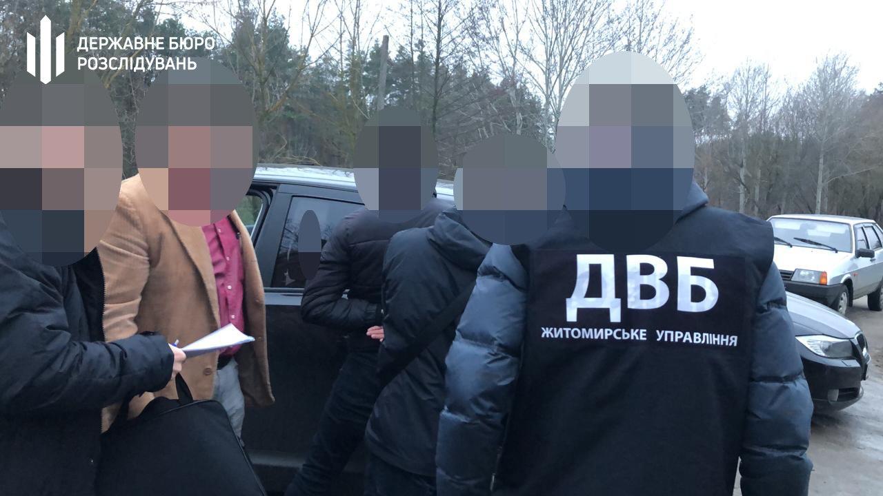Хабар за повернення вилученого авто – хмельницькі правоохоронці затримали патрульного, фото-2