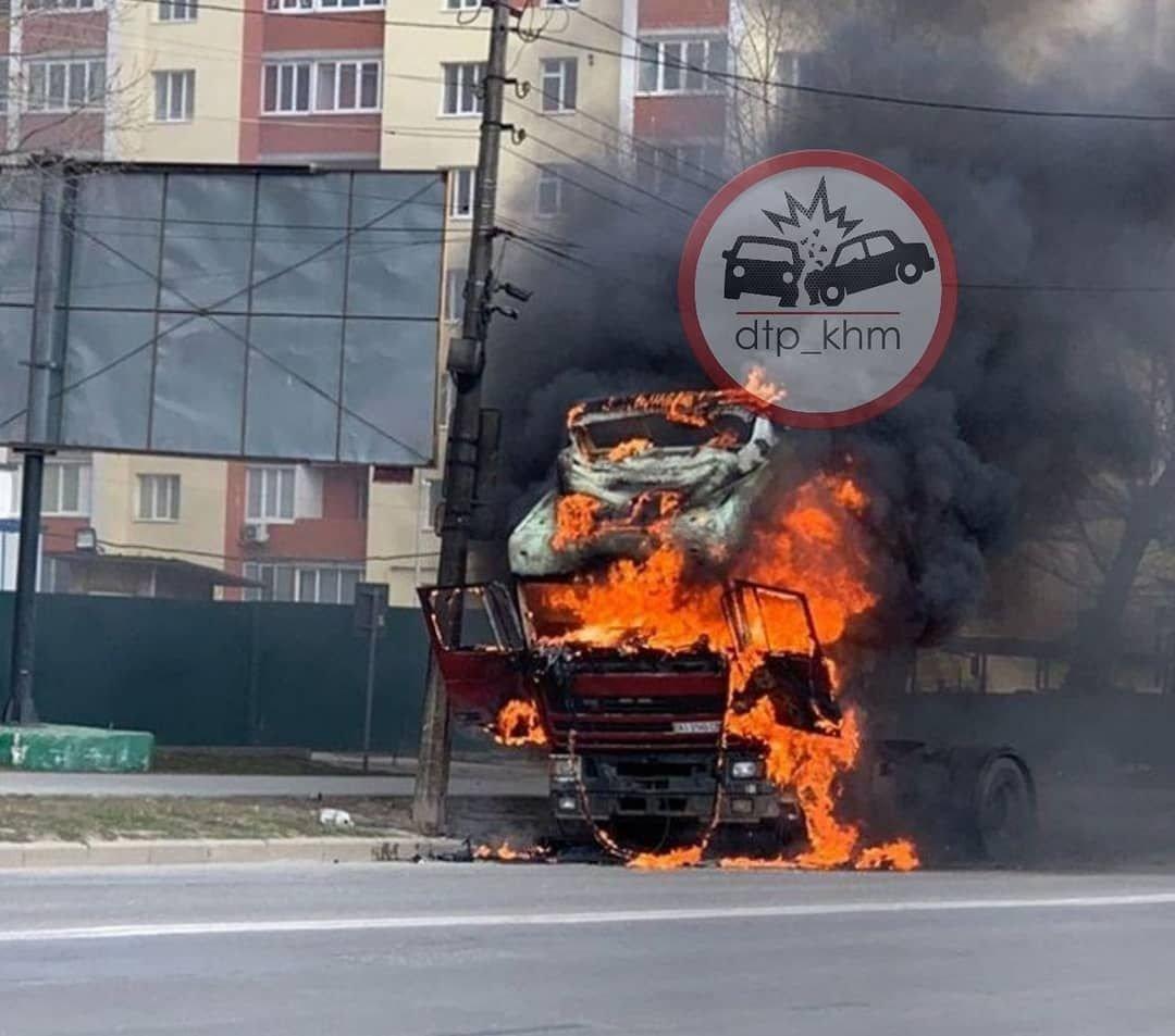 У Хмельницькому біля автовокзалу згоріла вантажівка (фото, відео, оновлено), фото-2