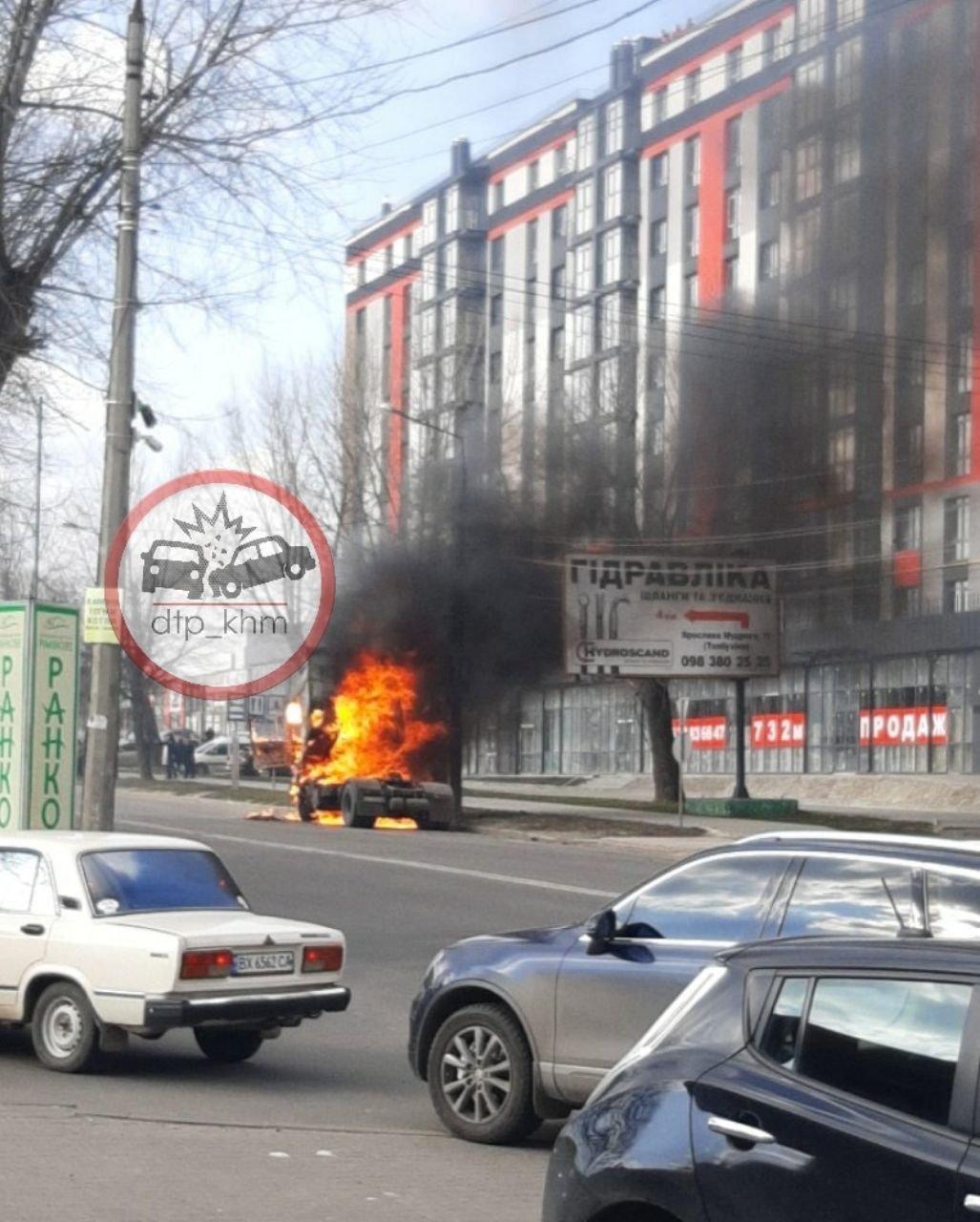 У Хмельницькому біля автовокзалу згоріла вантажівка (фото, відео, оновлено), фото-3