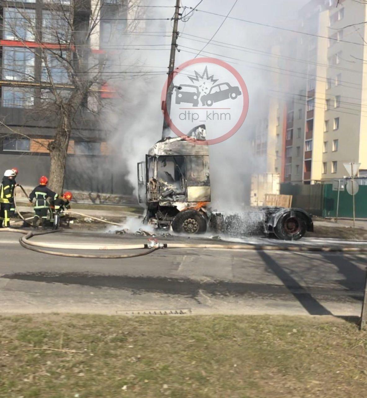 У Хмельницькому біля автовокзалу згоріла вантажівка (фото, відео, оновлено), фото-1