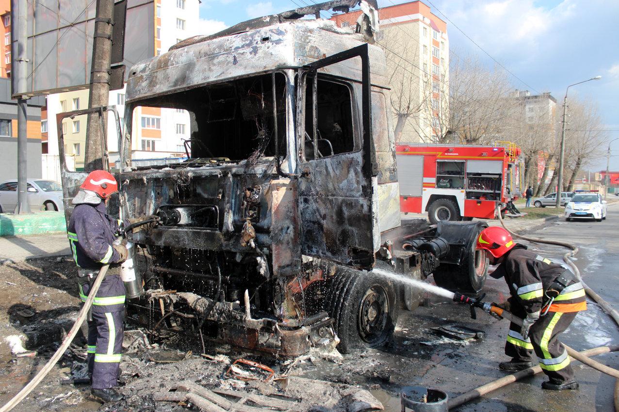 У Хмельницькому біля автовокзалу згоріла вантажівка (фото, відео, оновлено), фото-5