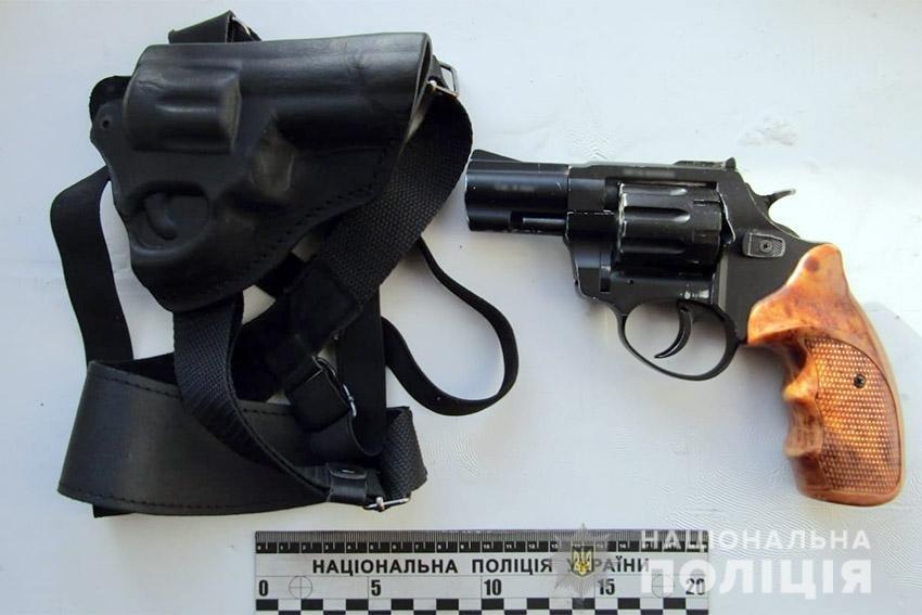 На Хмельниччині затримали чоловіка, який скоїв розбійний напад на оператора заправки (фото), фото-1