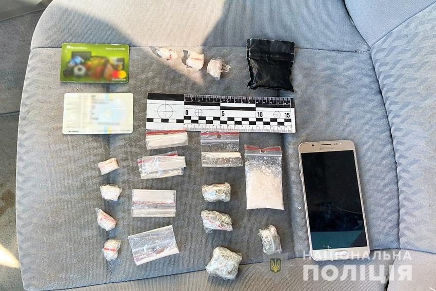 На Хмельниччині поліцейські вилучили у 18-річного юнака наркотиків на 140 тисяч гривень , фото-1