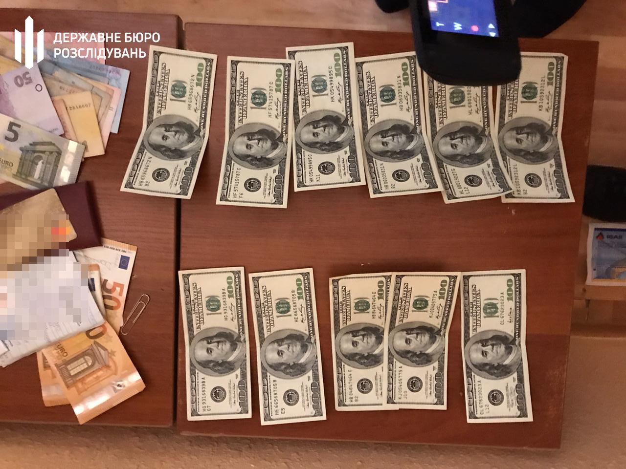 1800 доларів США за безперешкодне проходження військової служби – ДБР затримало начальника відділу прикордонної служби, фото-1