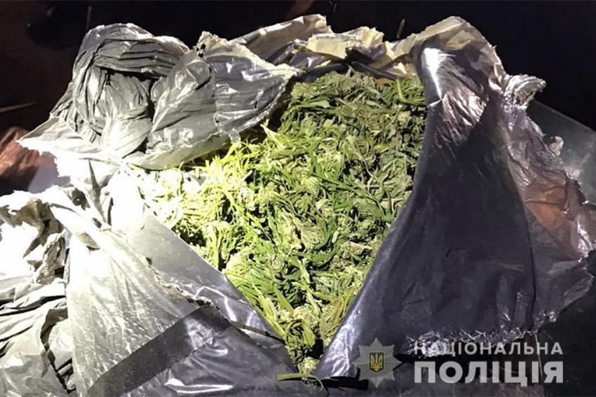 На Хмельниччині поліцейські затримали двох жителів Херсону з 5-ма кілограмами канабісу, фото-2