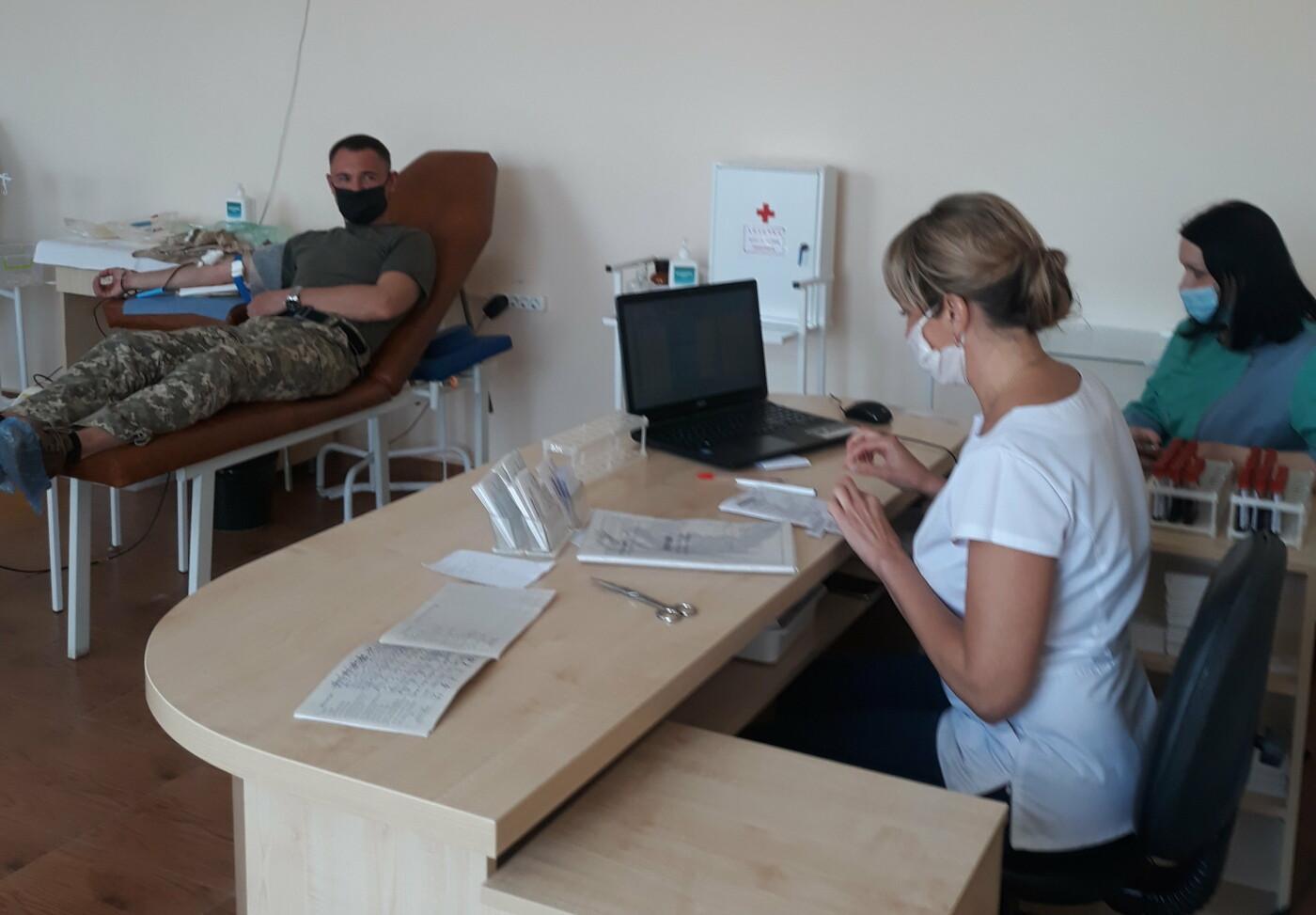 Військовослужбовці Хмельницького обласного військового комісаріату долучилися до акції благодійної здачі крові, фото-5