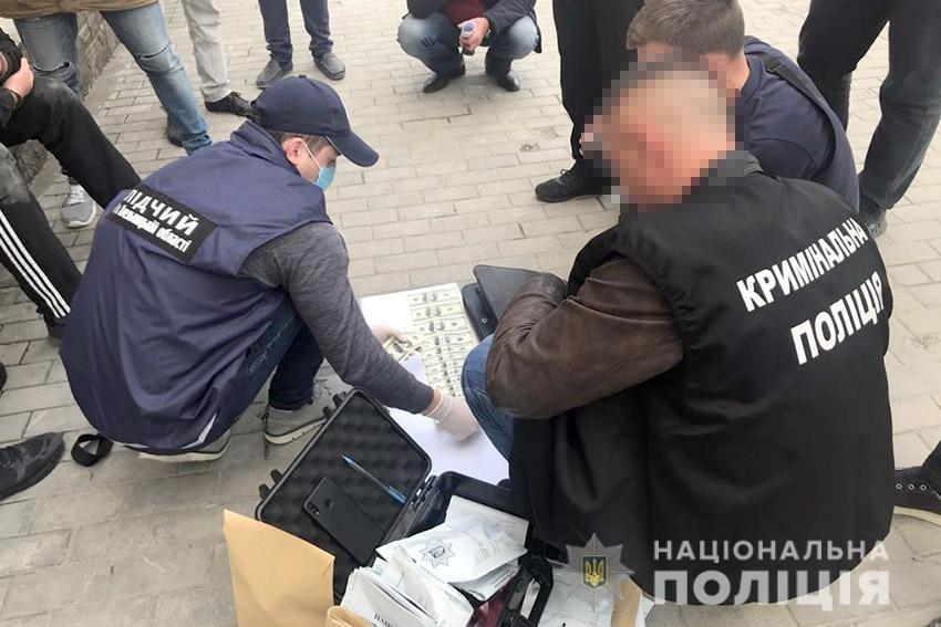 На Хмельниччині затримали чоловіка, який вимагав 8 тисячі доларів у підприємиці , фото-1