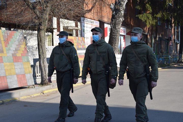 Військовослужбовці продовжують забезпечувати виконання за дотриманням карантинних заходів у Хмельницькому, фото-1