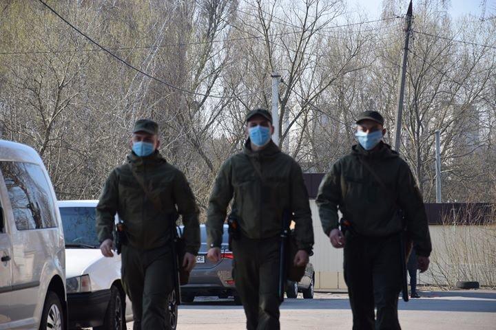 Військовослужбовці продовжують забезпечувати виконання за дотриманням карантинних заходів у Хмельницькому, фото-2