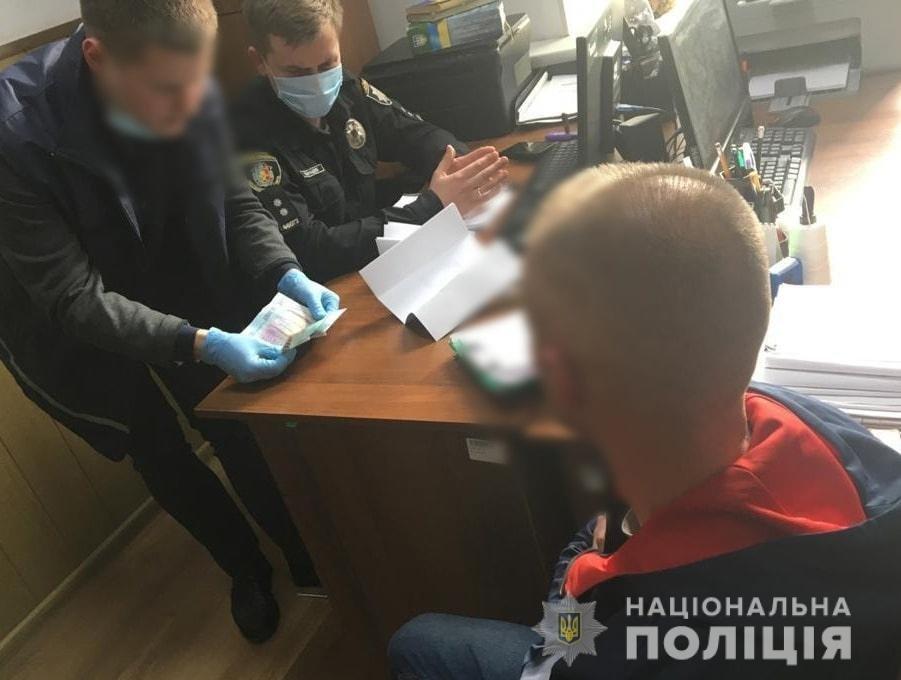 На Хмельниччині внутрішня безпека поліції затримала чоловіка на спробі підкупу слідчого поліції , фото-1