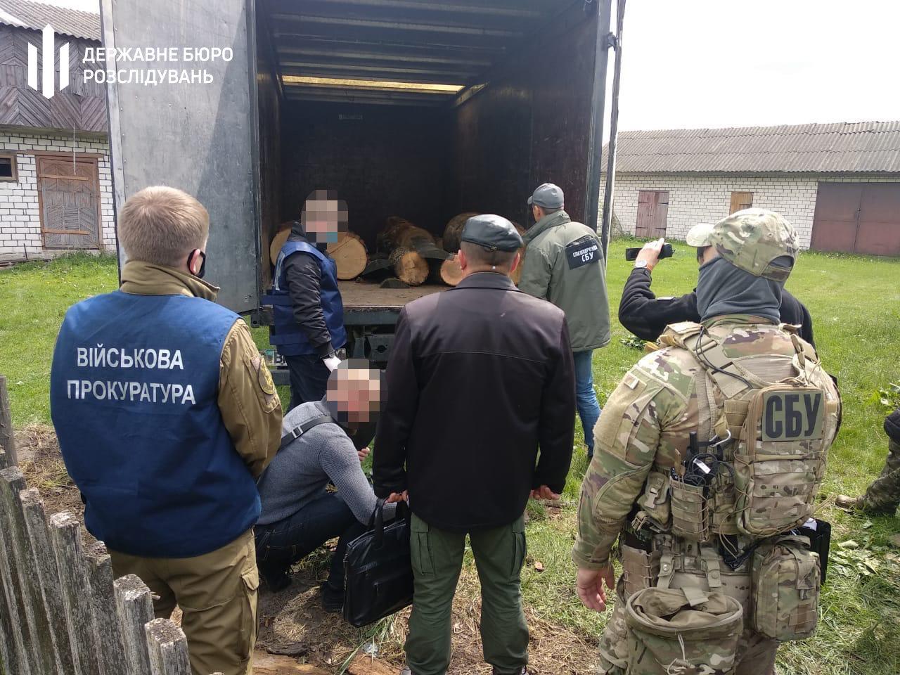 Хабар та незаконна вирубка і збут деревини – хмельницькі правоохоронці затримали прикордонника, фото-2