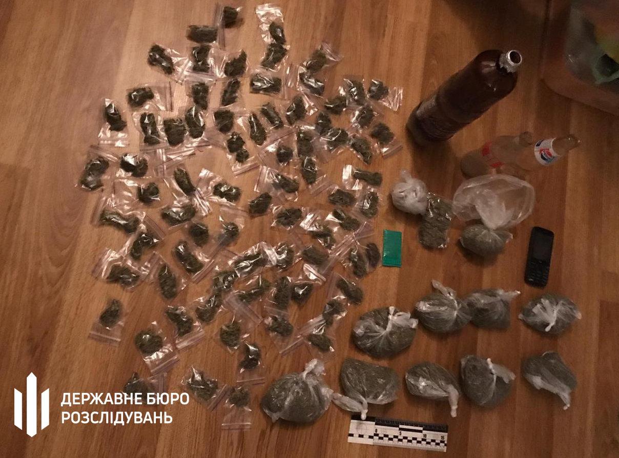 Посадовець Нацполіції продавав наркотики та фальсифікований алкоголь - хмельницькі правоохоронці (ФОТО), фото-3