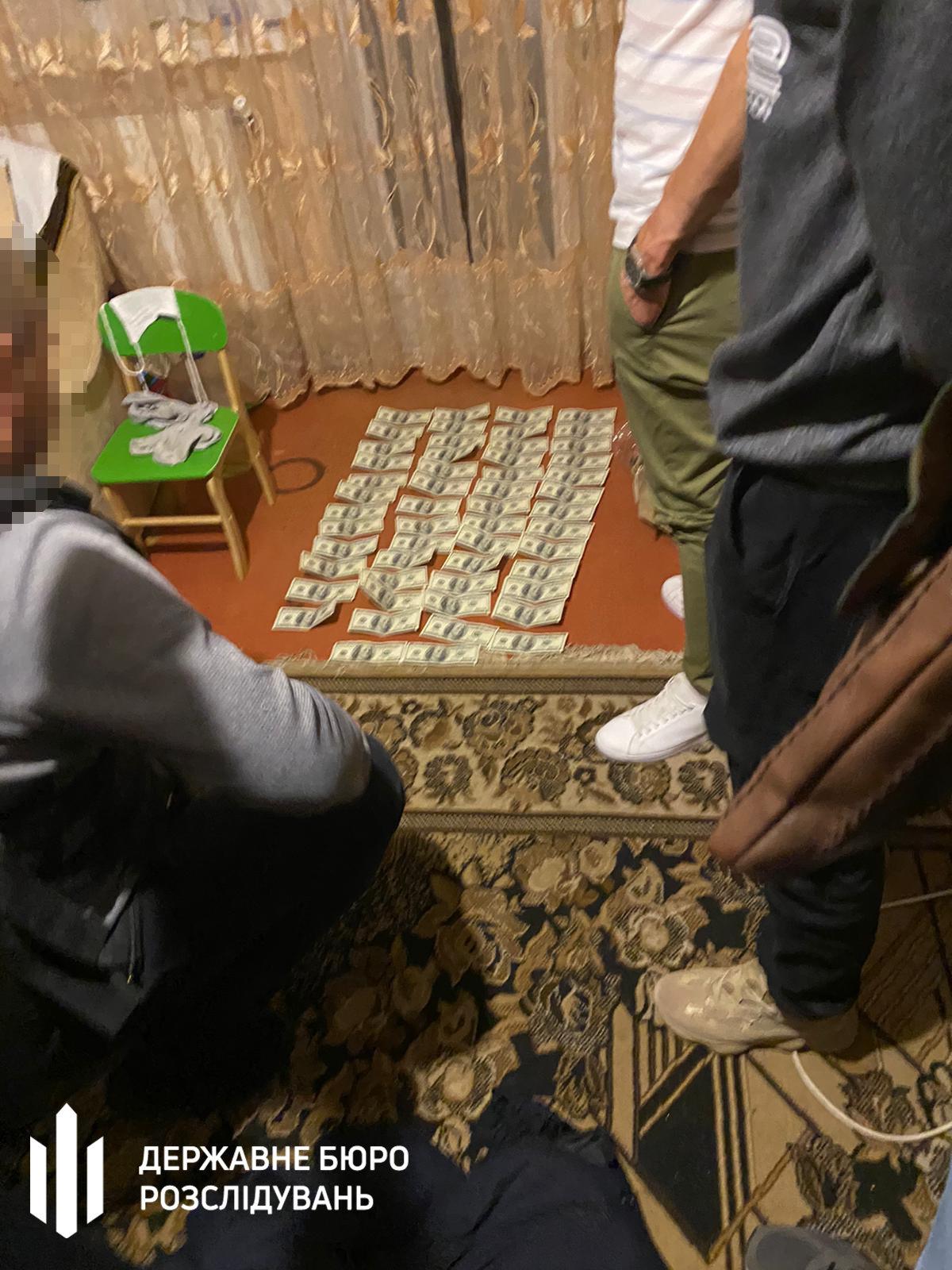 Поліцейському дали хабар за закриття справи щодо викрадення громадянина – Хмельницьке ДБР, фото-2