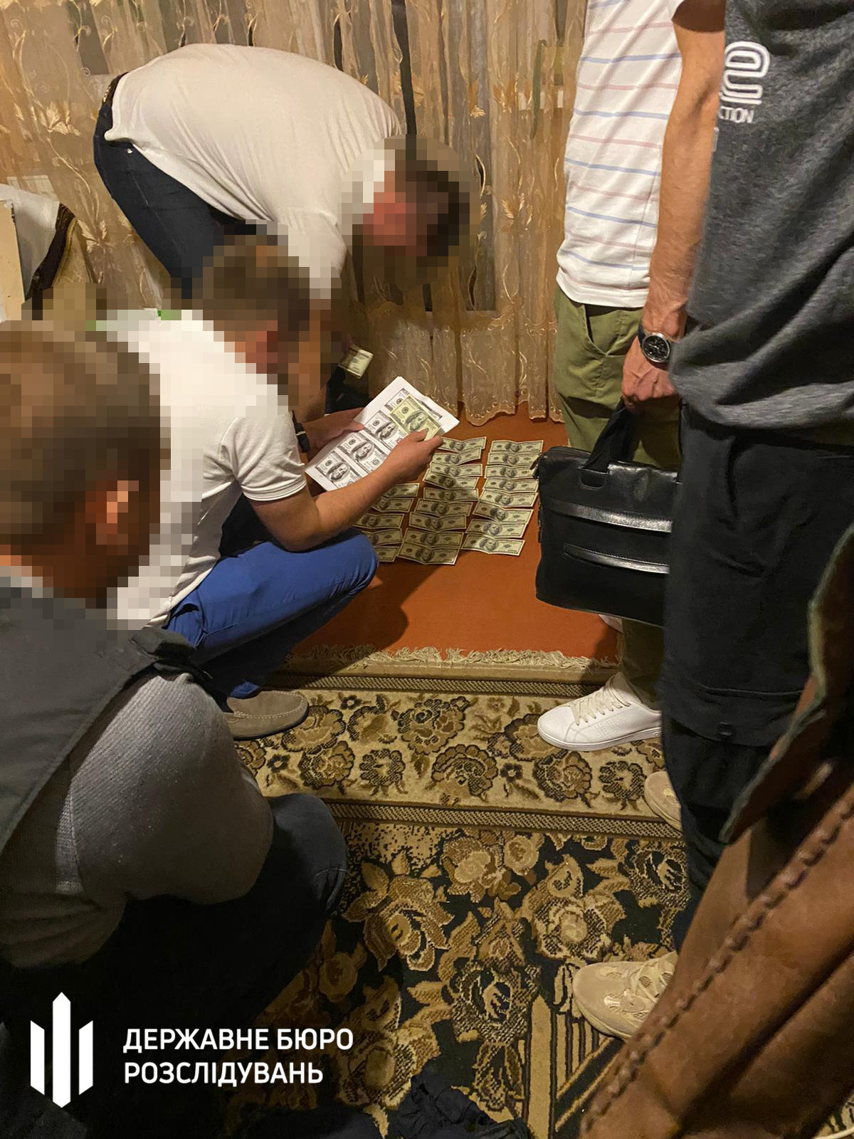 Поліцейському дали хабар за закриття справи щодо викрадення громадянина – Хмельницьке ДБР, фото-4