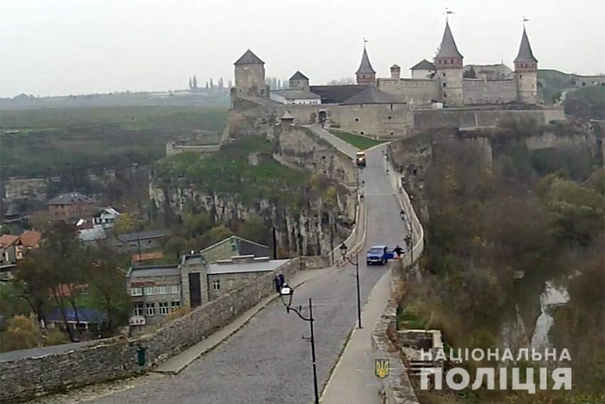 Поліцейський з Хмельниччини врятував молодого чоловіка, який намагався стрибнути із мосту (ФОТО), фото-1
