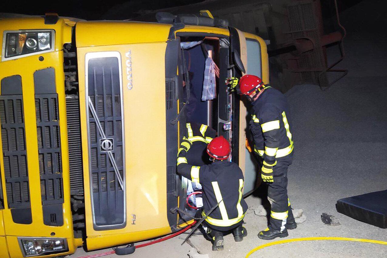 На Хмельниччині надзвичайники врятували з «металевого полону» водія вантажівки, фото-2
