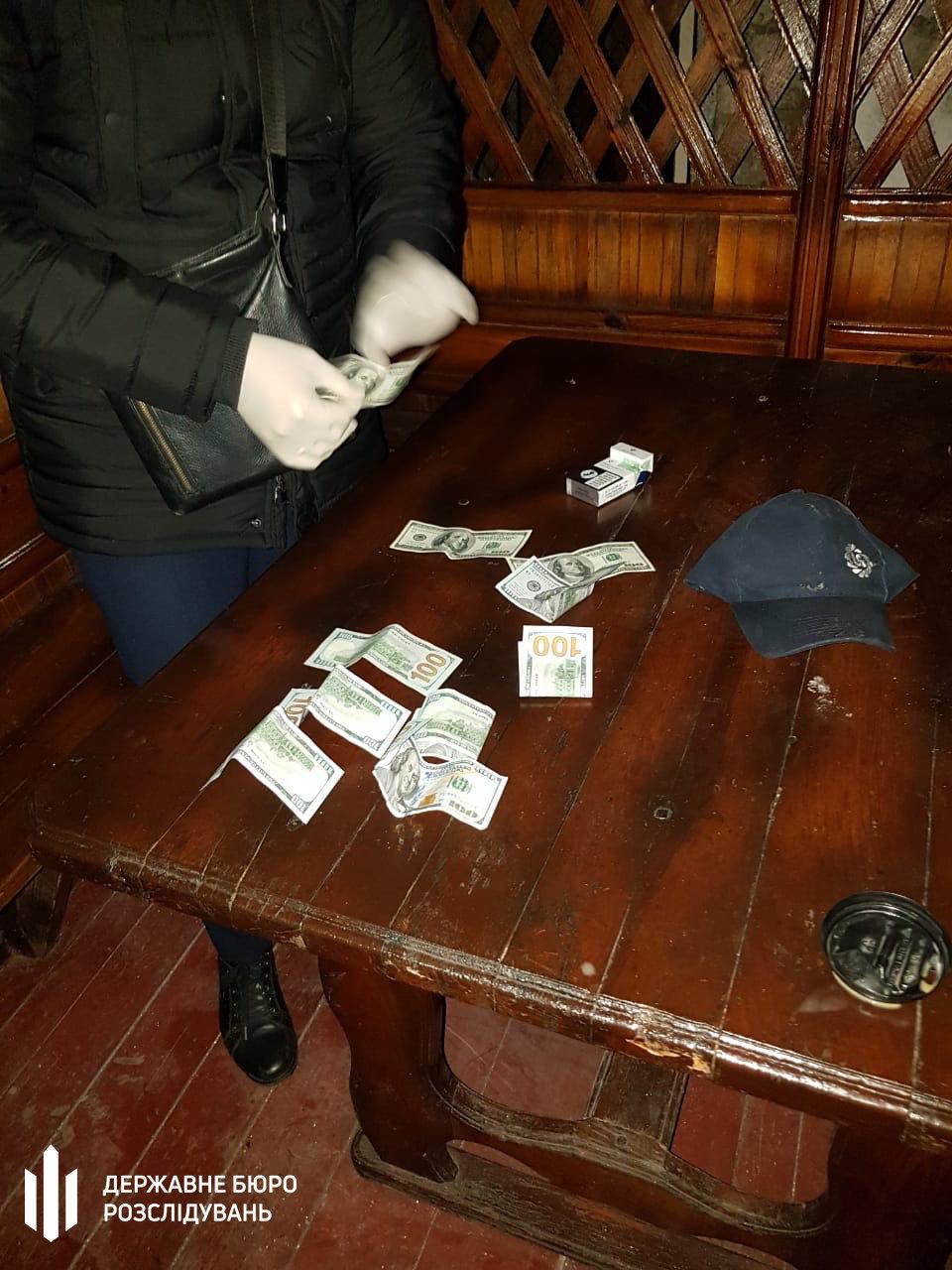 1000 доларів США за уникнення покарання – поліцейського затримано на хабарі , фото-1