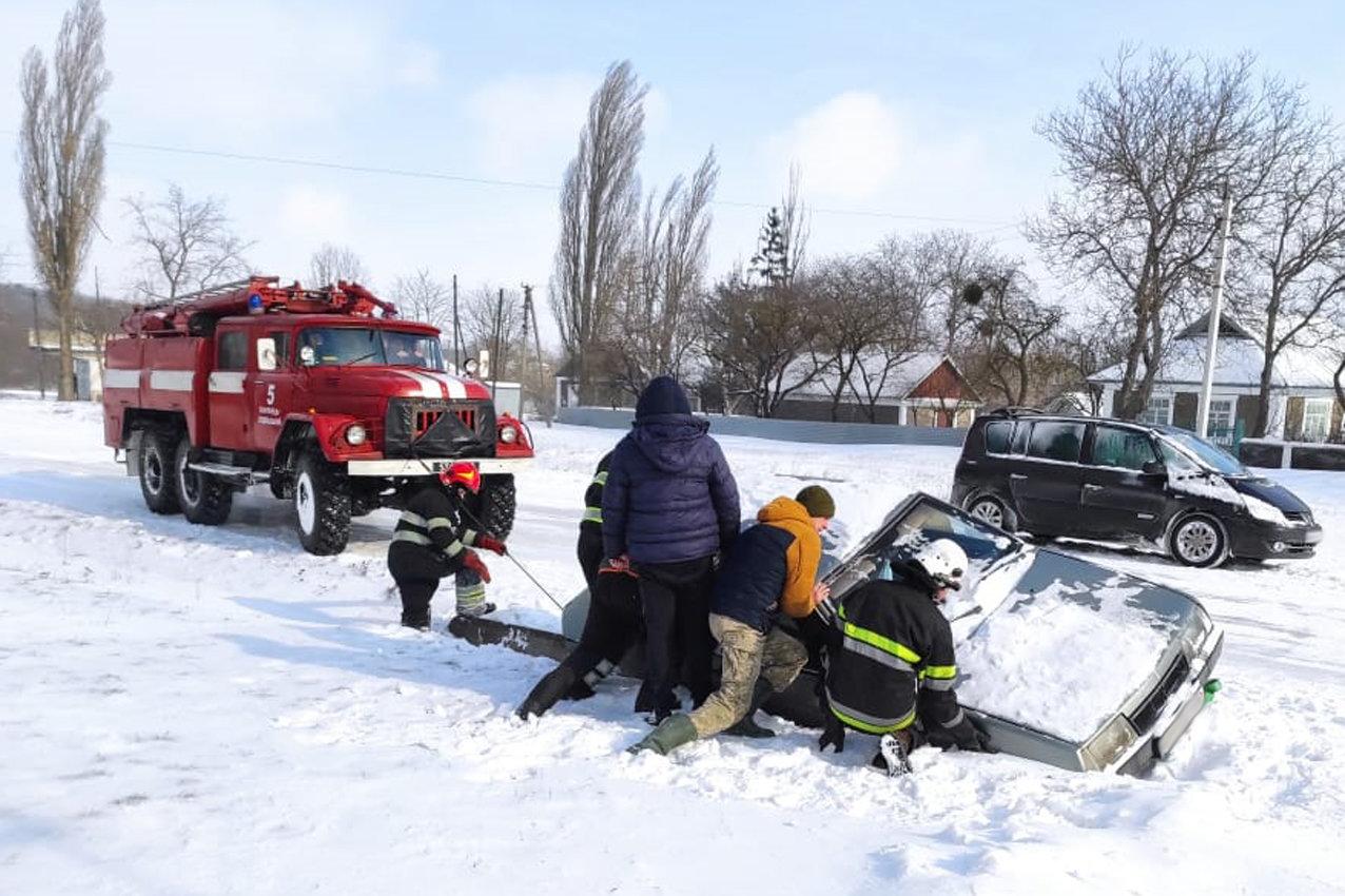 На Хмельниччині рятувальники буксирували із замету автобус з людьми та витягли з кювету легковика (ВІДЕО), фото-1