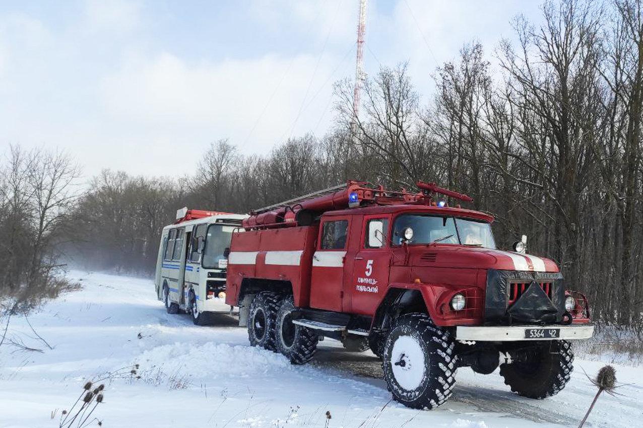 На Хмельниччині рятувальники буксирували із замету автобус з людьми та витягли з кювету легковика (ВІДЕО), фото-2