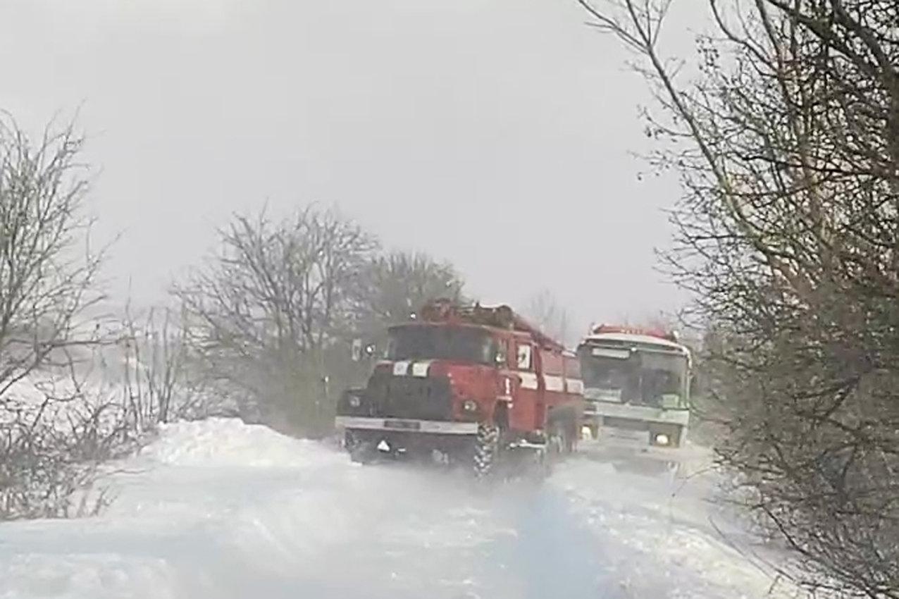 На Хмельниччині рятувальники буксирували із замету автобус з людьми та витягли з кювету легковика (ВІДЕО), фото-3
