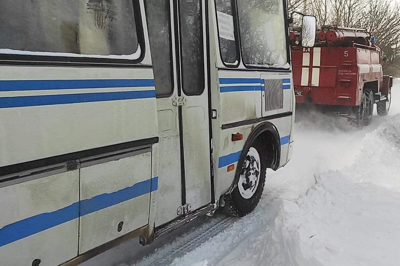 На Хмельниччині рятувальники буксирували із замету автобус з людьми та витягли з кювету легковика (ВІДЕО), фото-4