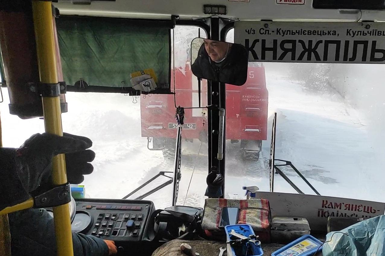 На Хмельниччині рятувальники буксирували із замету автобус з людьми та витягли з кювету легковика (ВІДЕО), фото-6
