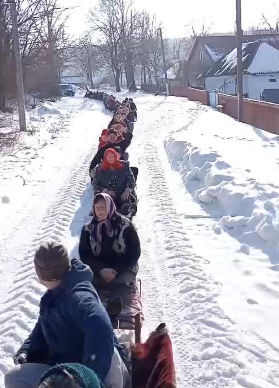 На Хмельниччині сотні санчат проїхалися в селі (ВІДЕО), фото-1