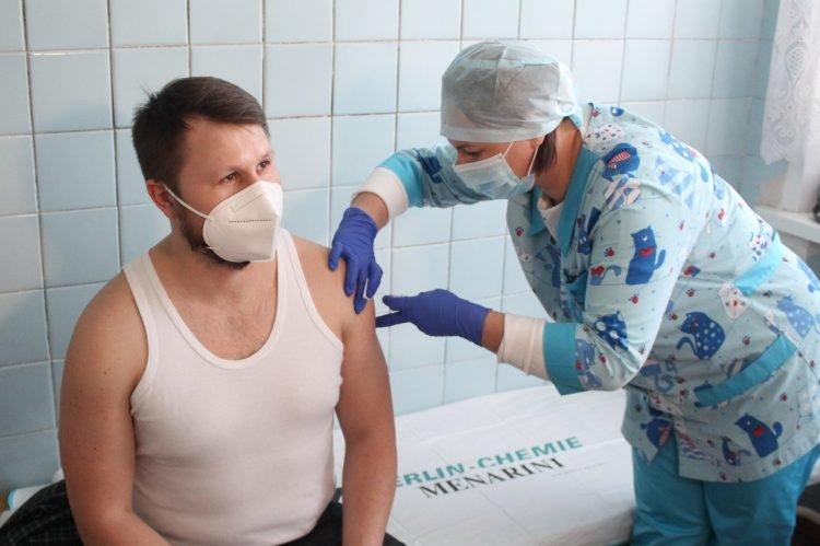 У Хмельницькому розпочали вакцинацію від COVID-19, фото-1