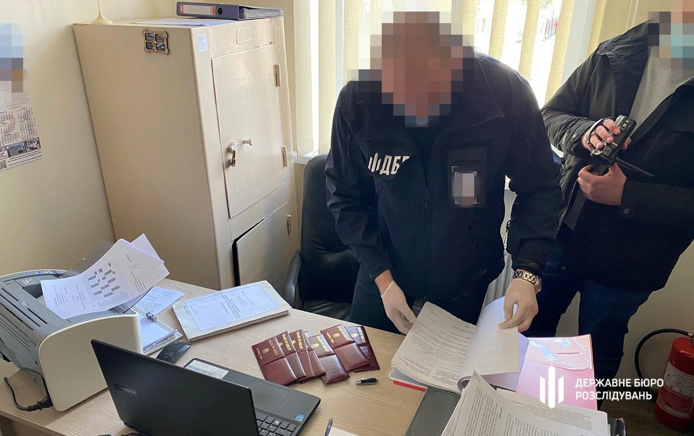 ТУ ДБР у Хмельницькому: «кришування» перевезення алкоголю та тютюну начальником поліції, фото-2