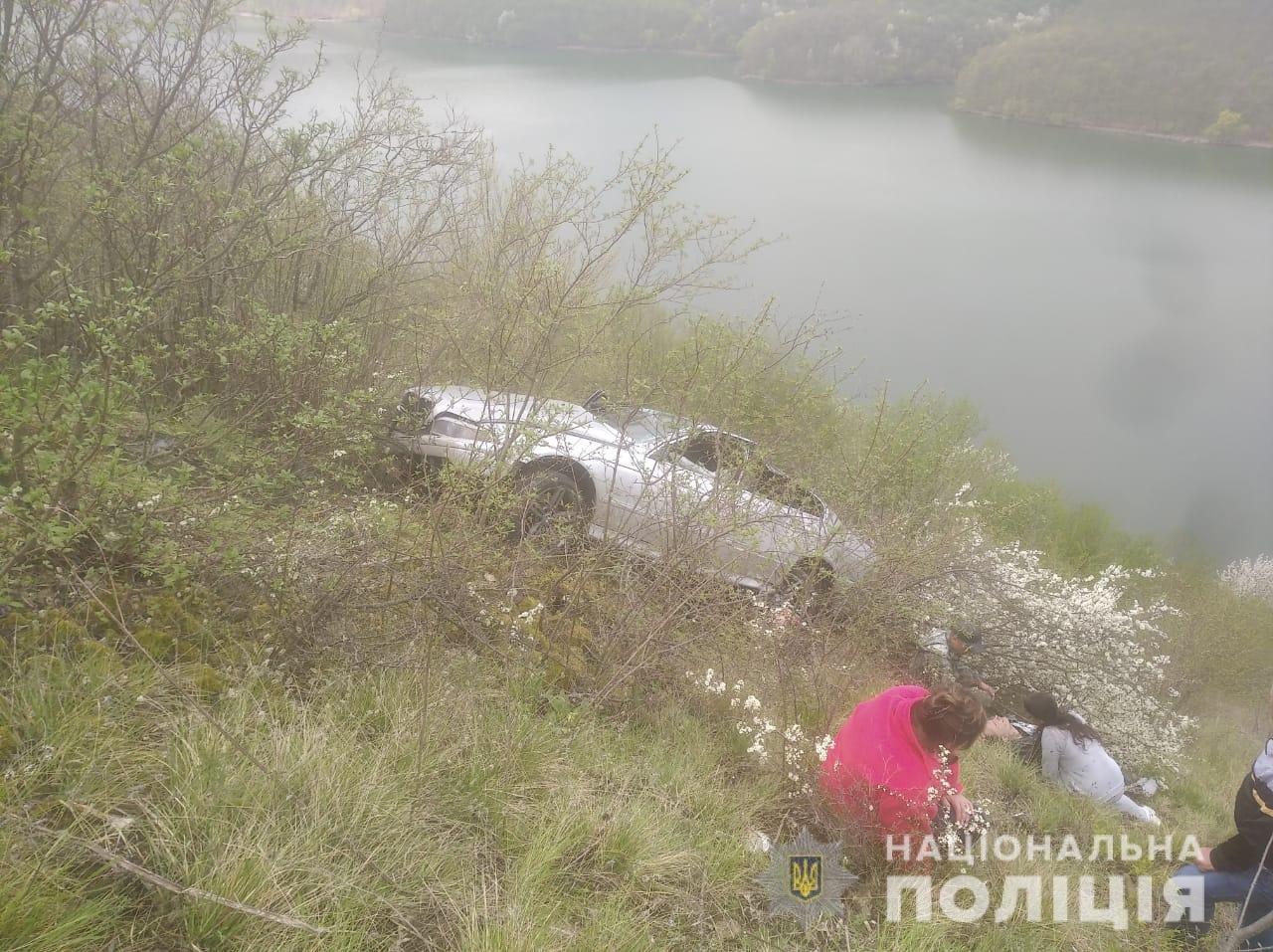 Поліцейські Кам'янеччини встановлюють обставини ДТП, в результаті якої автомобіль злетів зі скелі , фото-2