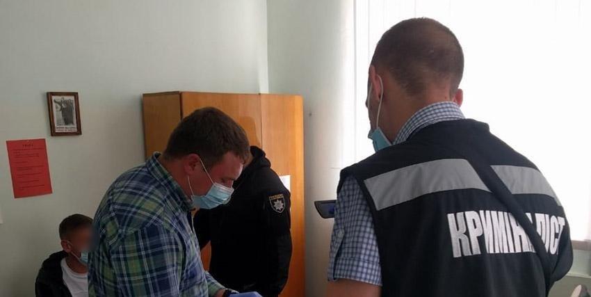 На Хмельниччині чоловік намагався підкупити поліцейського, щоб повернути вилучене авто